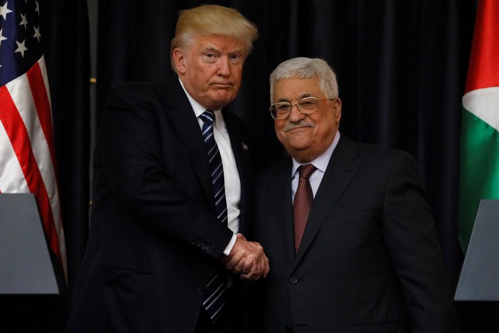 Em foto de arquivo, Donald Trump cumprimenta presidente da Autoridade Palestina Mahmoud Abbas em encontro em maio (Foto: Reuters/Jonathan Ernst)