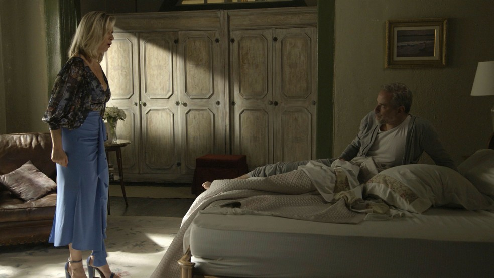 Marilda (Leticia Spiller) coloca Eurico (Dan Stulbach) contra a parede — Foto: Globo