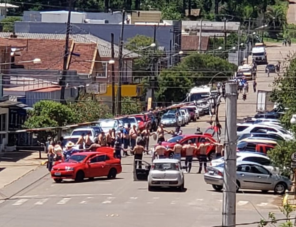 Criminosos fazem cordão humano durante assalto a agências bancárias e lotérica em Ibiraiaras — Foto: Julio Cesar Stella/Arquivo pessoal