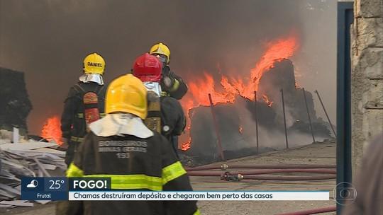 Depósito de materiais recicláveis pega fogo em Betim, na Grande BH