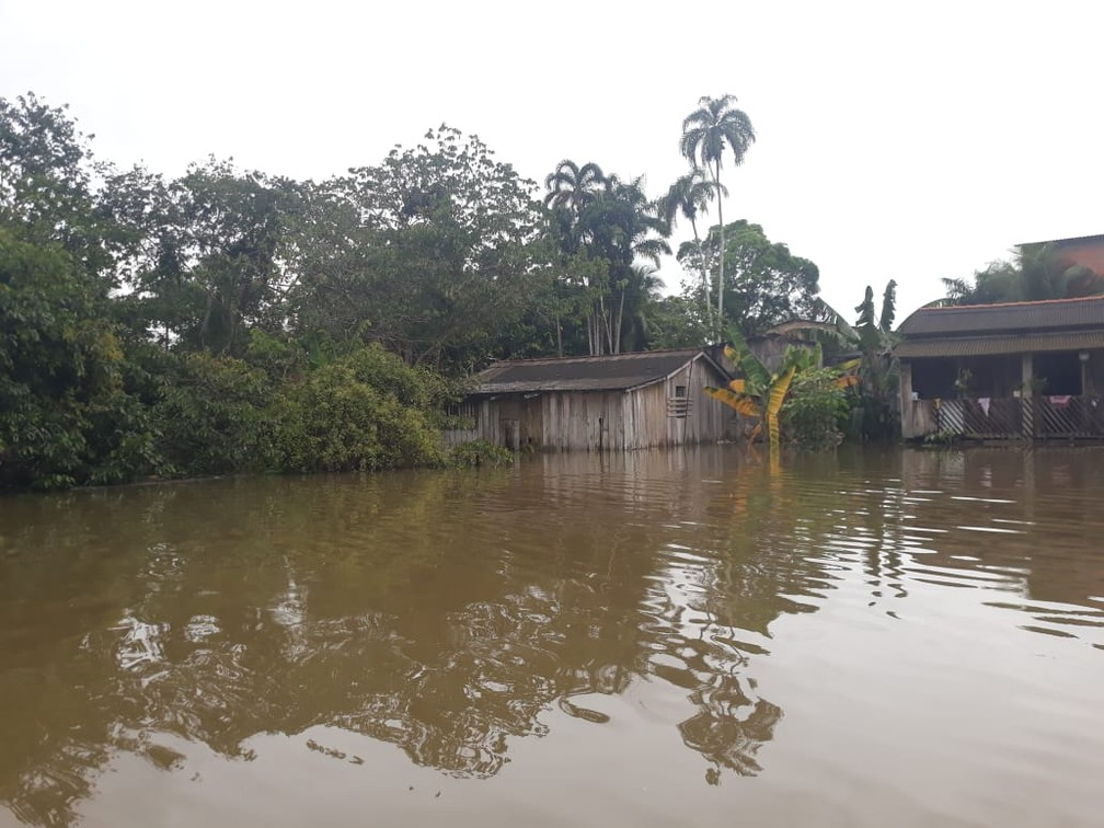 Casas alagadas devido à cheia em Candeias do Jamari — Foto: Maríndia Moura/Rede Amazônica