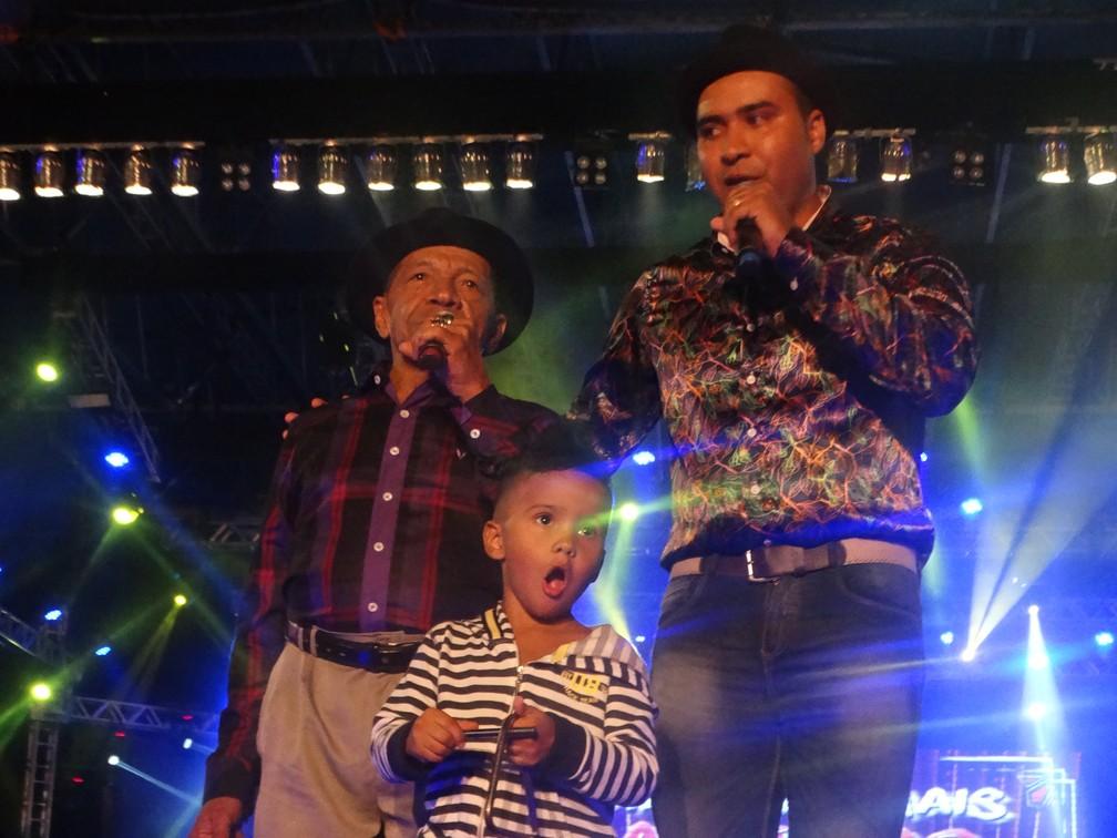O 'Rei de Caruaru' ao lado do filho e do neto no Pátio de Eventos Luiz Gonzaga, em 2016 — Foto: Lafaete Vaz/G1