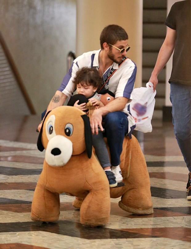 Chay Suede passeando em shopping no Rio de Janeiro (Foto: AgNews)
