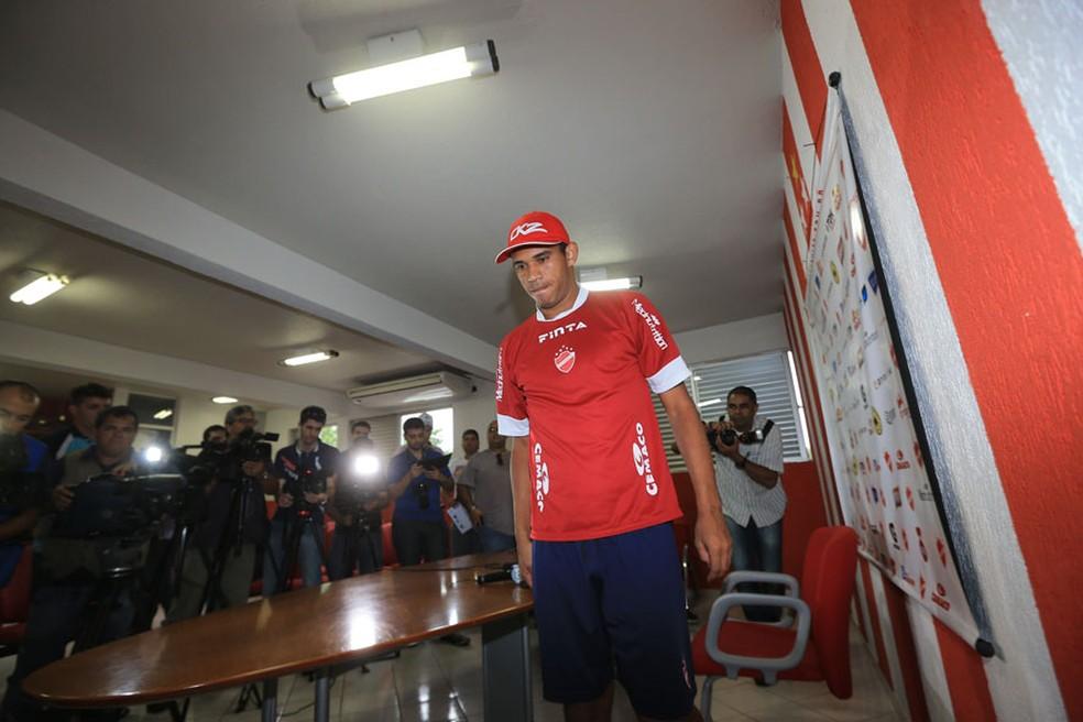 Robston, no Vila Nova, depois do anúncio de sua suspensão (Foto: O Popular)