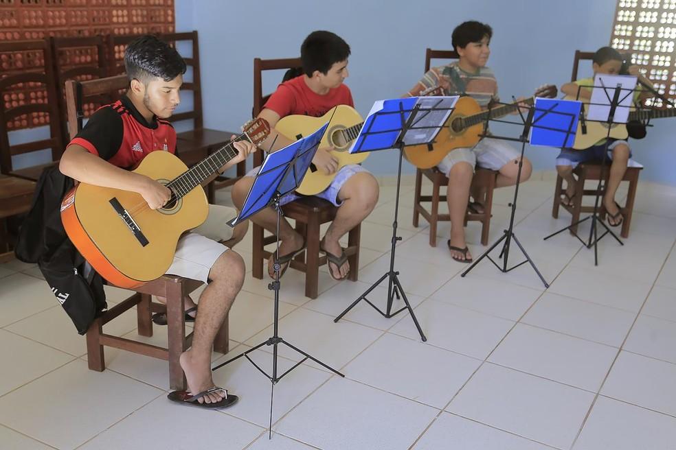 Aula de violão ? Foto: Reprodução/Agência Santarém