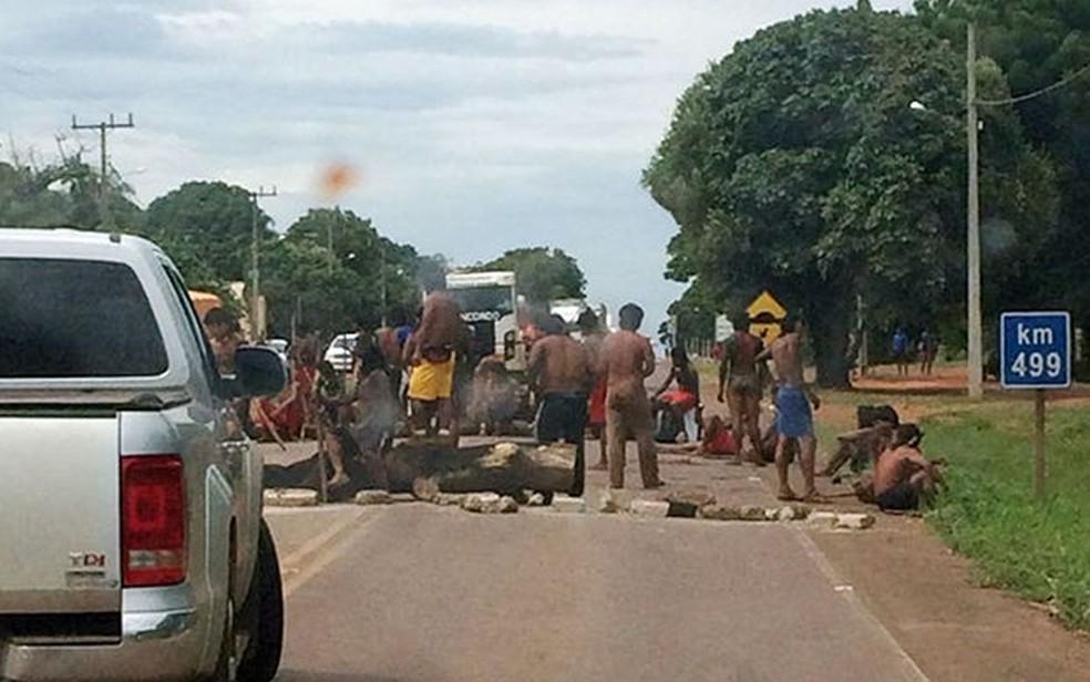 Índios bloquaram rodovia em protesto contra prisão de indígenas durante caça, em 2016, em  Ribeirão Cascalheira (MT) (Foto: Polícia Rodoviária Federal de MT)