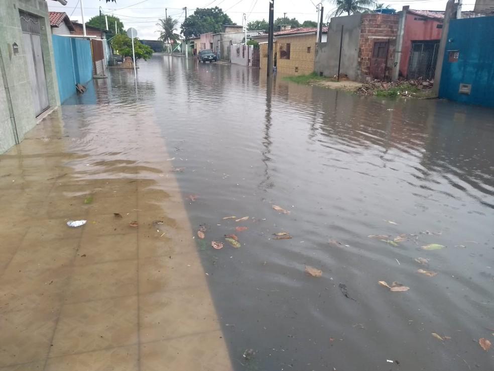 Rua Estivas, na Zona Norte de Natal, alagada após a chuva deste sábado (22) — Foto: Marcelo Henrique/Cedida
