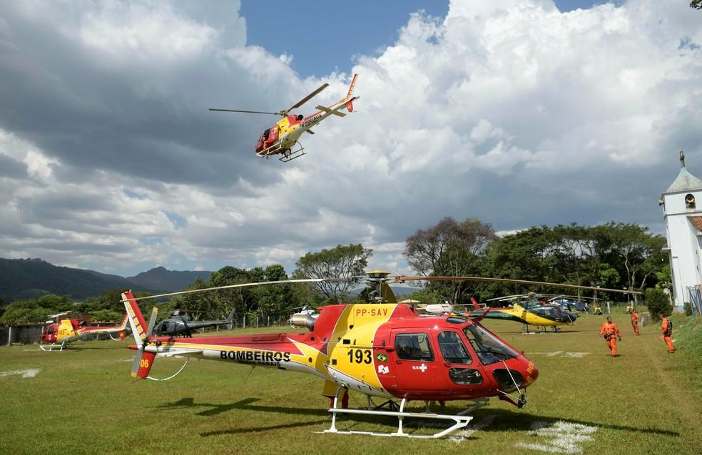 Campinho no Córrego do Feijão foi transformado em local de pouso de helicópteros — Foto: Washington Alves/Reuters