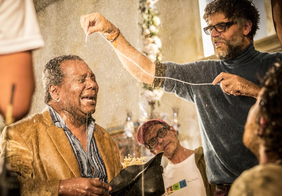 O diretor atístico Luiz Fernando Carvalho orienta Gésio Amadeu — Foto: Felipe Monteiro/Gshow