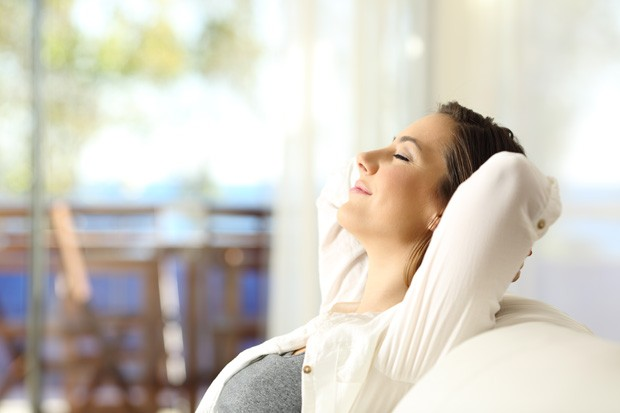 Mulher Relaxando no sofá (Foto: Thinkstock)