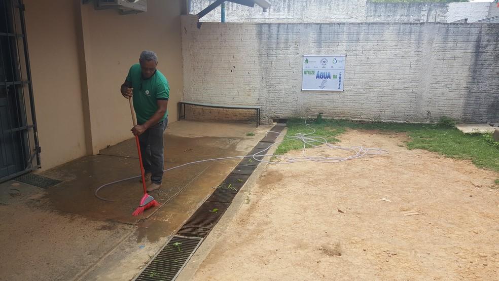 Água da chuva pode ser reaproveitada de diversas maneiras após a primeira decantação (Foto: Pâmela Fernandes/G1)