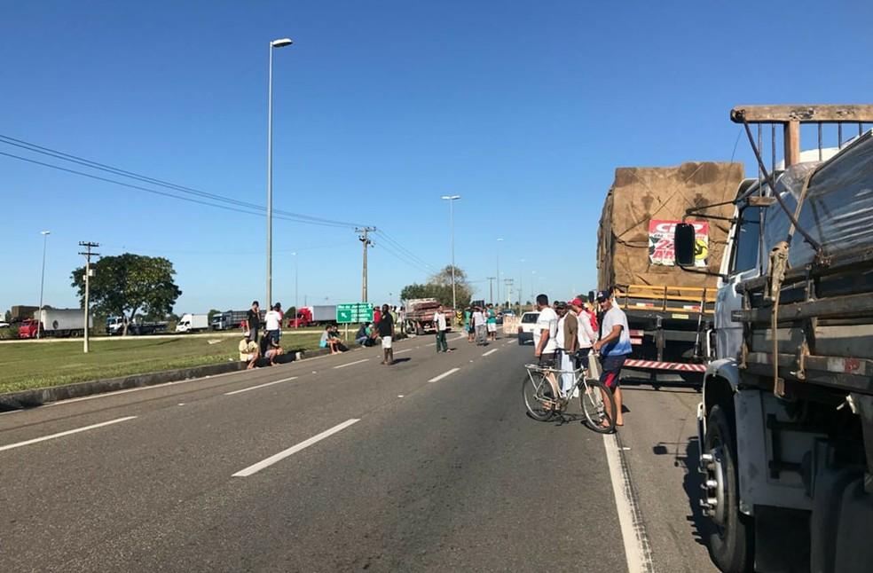 Caminhoneiros protestam na BR-101, em Campos, desde segunda-feira (Foto: Letícia Antunes/Inter TV)