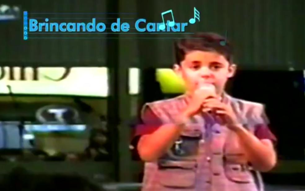 Cristiano Araújo durante apresentação na infância (Foto: Reprodução/TV Anhanguera)