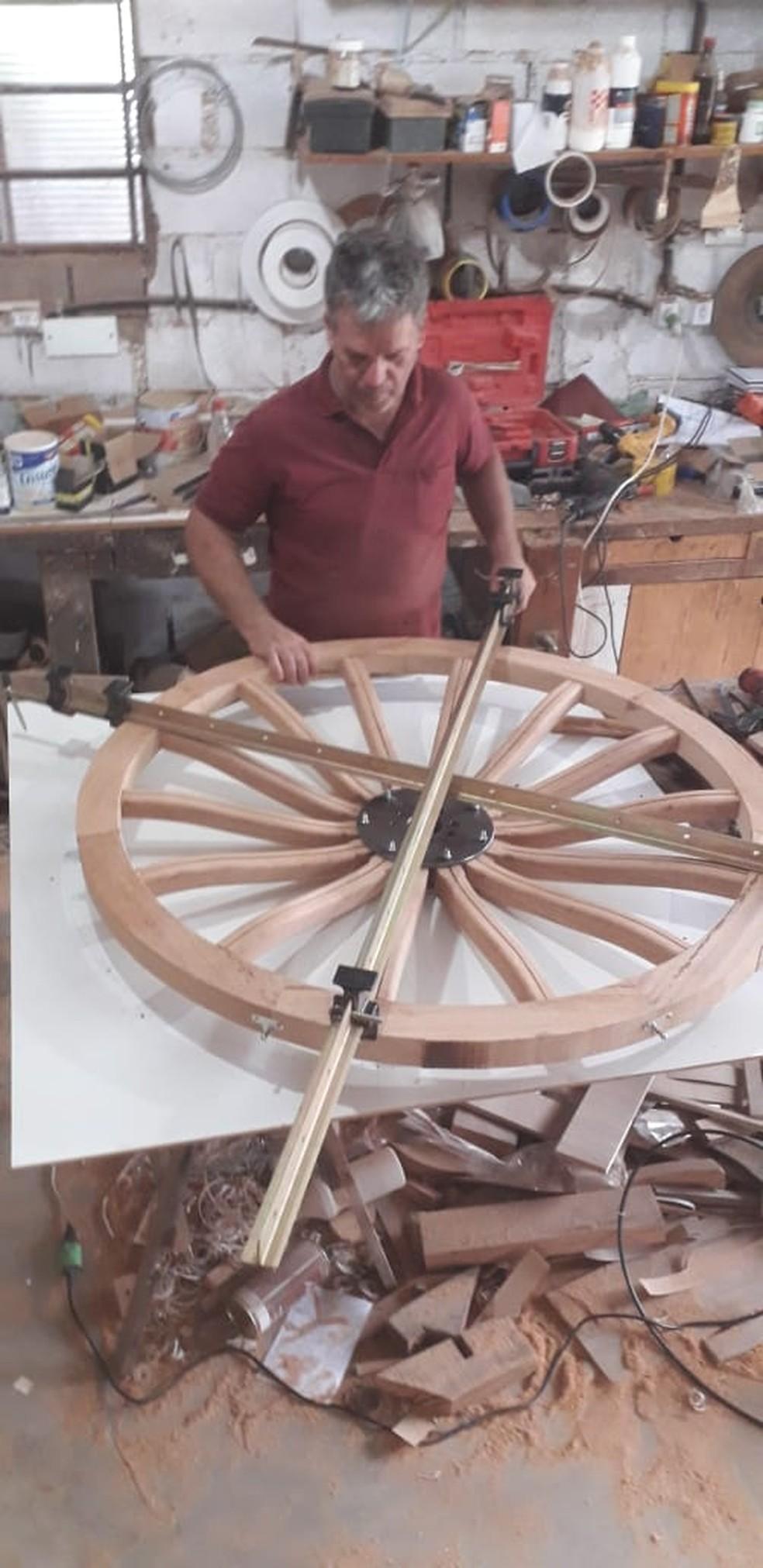 Marceneiro está construindo uma carruagem de madeira — Foto: Arquivo Pessoal