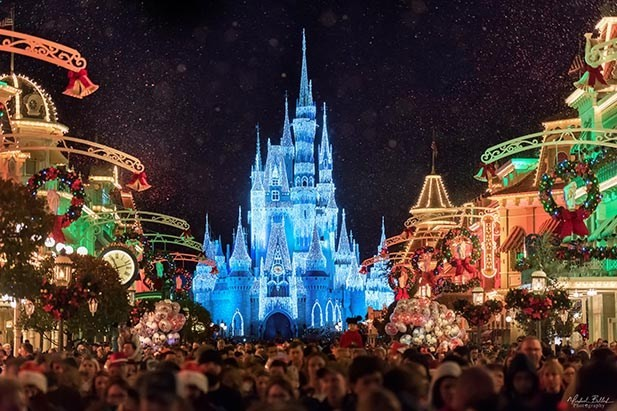 Magic Kingdom decorado para o Natal (Foto: Divulgação)