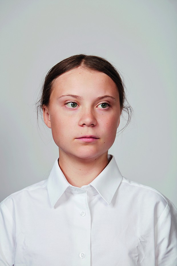 Portrait of activist Greta Thurnberg, wearing a white shirt infront of a grey background and has her hair tied back. (Foto: © Christopher Hunt)