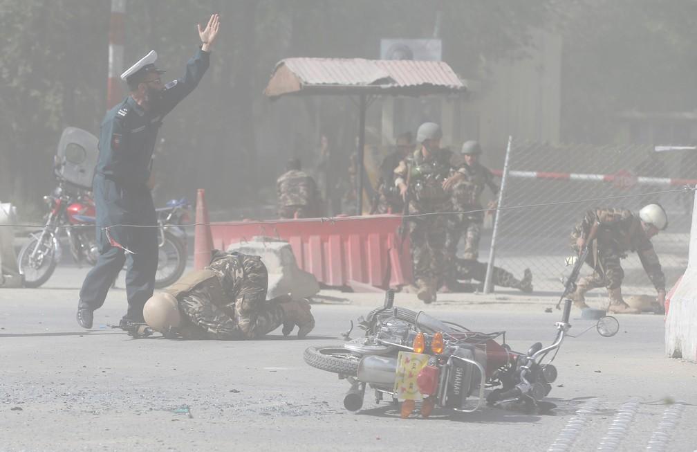 Forças de segurança do Afeganistão na área do segundo ataque em Cabul (Foto: REUTERS/Omar Sobhani)