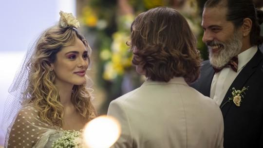 Elenco de 'Verão 90' se diverte nos bastidores do casamento de Manu e João; confira teaser da cena!