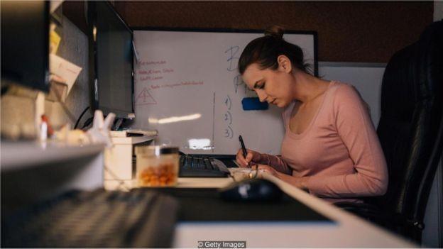 O luxo de escolher? Trabalhos bem pagos para recém-formados são escassos (Foto: Getty Images via BBC News Brasil)