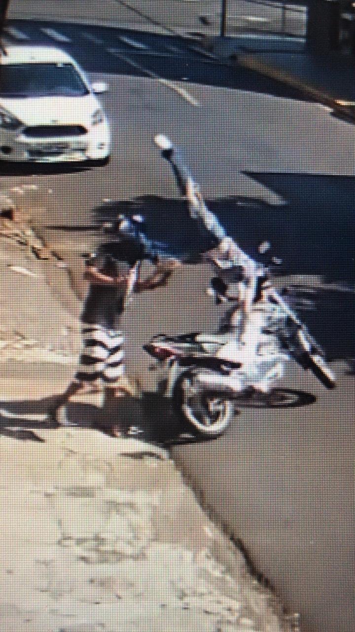 Após acidente, motociclista voa e atinge pedestre em rua de Apucarana; IMAGENS - Notícias - Plantão Diário