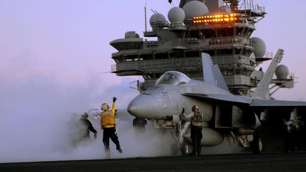 A venda de aviões de guerra foi um dos setores que mais geraram receita para os países exportadores de armas — Foto: Marinha dos EUA