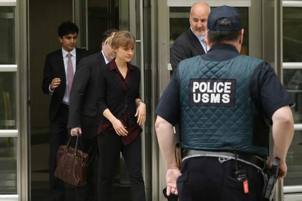 Alisson Mack acompanhada por advogados (Foto: Getty Images)