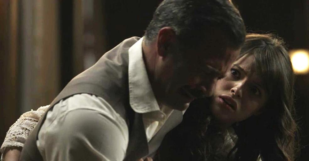 Ema fica boba com as revelações do coronel  (Foto: TV Globo)