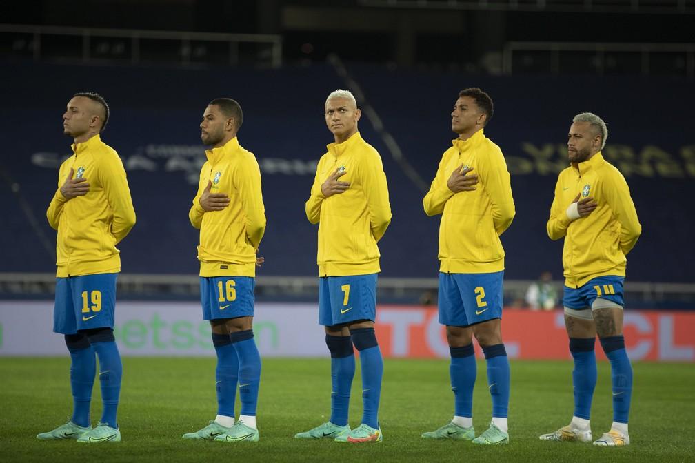 Jogadores da seleção brasileira perfilados antes do jogo contra o Peru — Foto: Lucas Figueiredo / CBF