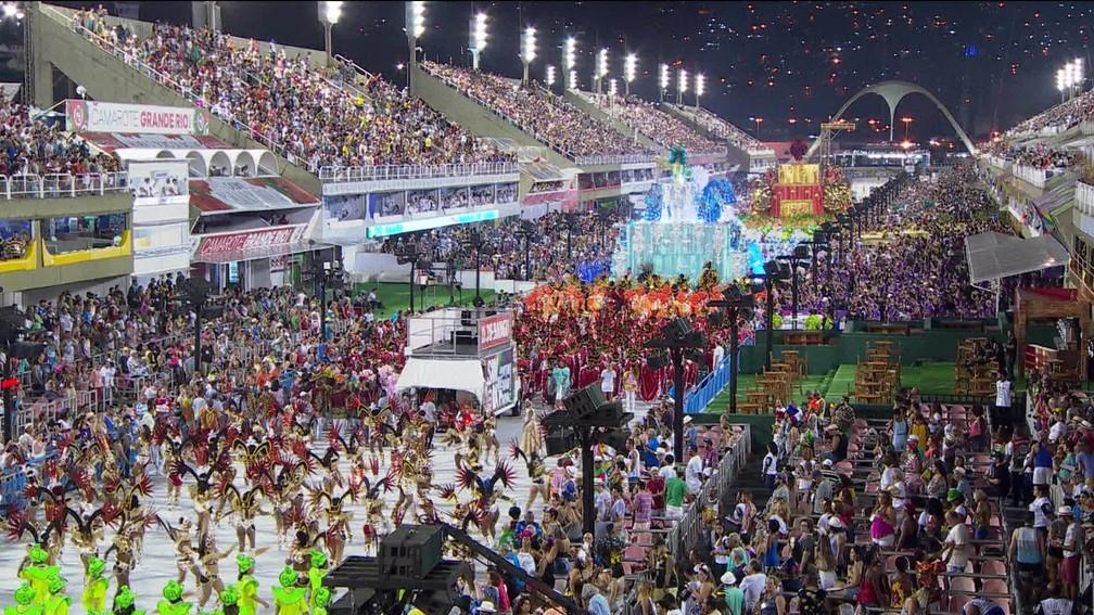 Primeiro dia de desfiles na Sapucaí (Foto: Reprodução/TV Globo)