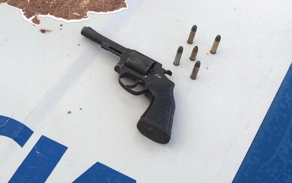Com a dupla, polícia apreendeu revólver calibre 38 — Foto: Divulgação/Polícia Civil