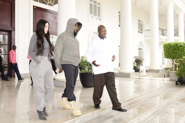 Kim Kardashian e Kanye West com o presidente de Uganda, Yoweri K. Museveni (Foto: Twitter)