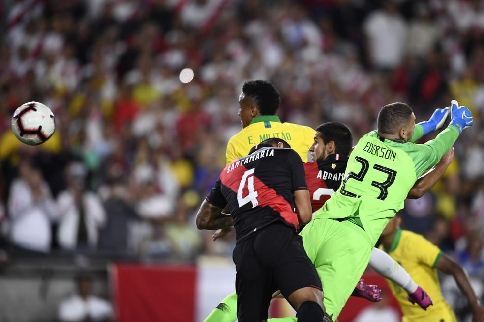 Militão e Ederson ficam na saudade no gol do Peru: Abram cabeceou e abriu o placar — Foto: Kelvin Kuo-USA TODAY Sports / Reuters