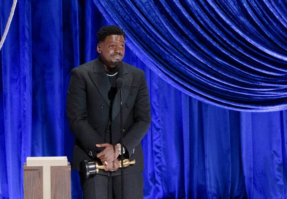 """Daniel Kaluuya recebe Oscar de ator coadjuvante por """"Judas e o Messias Negro"""" — Foto: Todd Wawrychuk/A.M.P.A.S./via Reuters"""