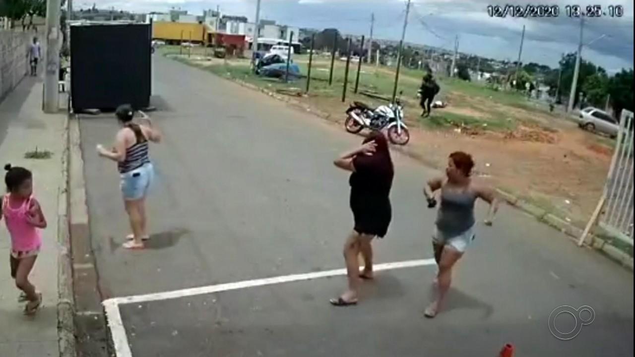 Câmera flagra momento em que ex-marido mata mulher a facadas em Bauru
