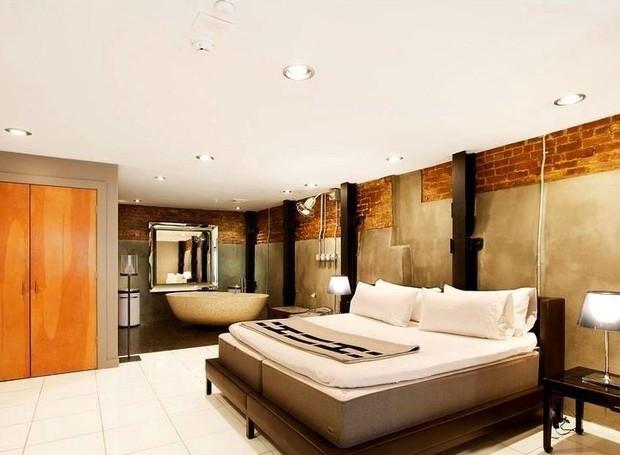 A decoração industrial também está nos quartos que possuem paredes de concreto (Foto: Keller Williams/ Reprodução)
