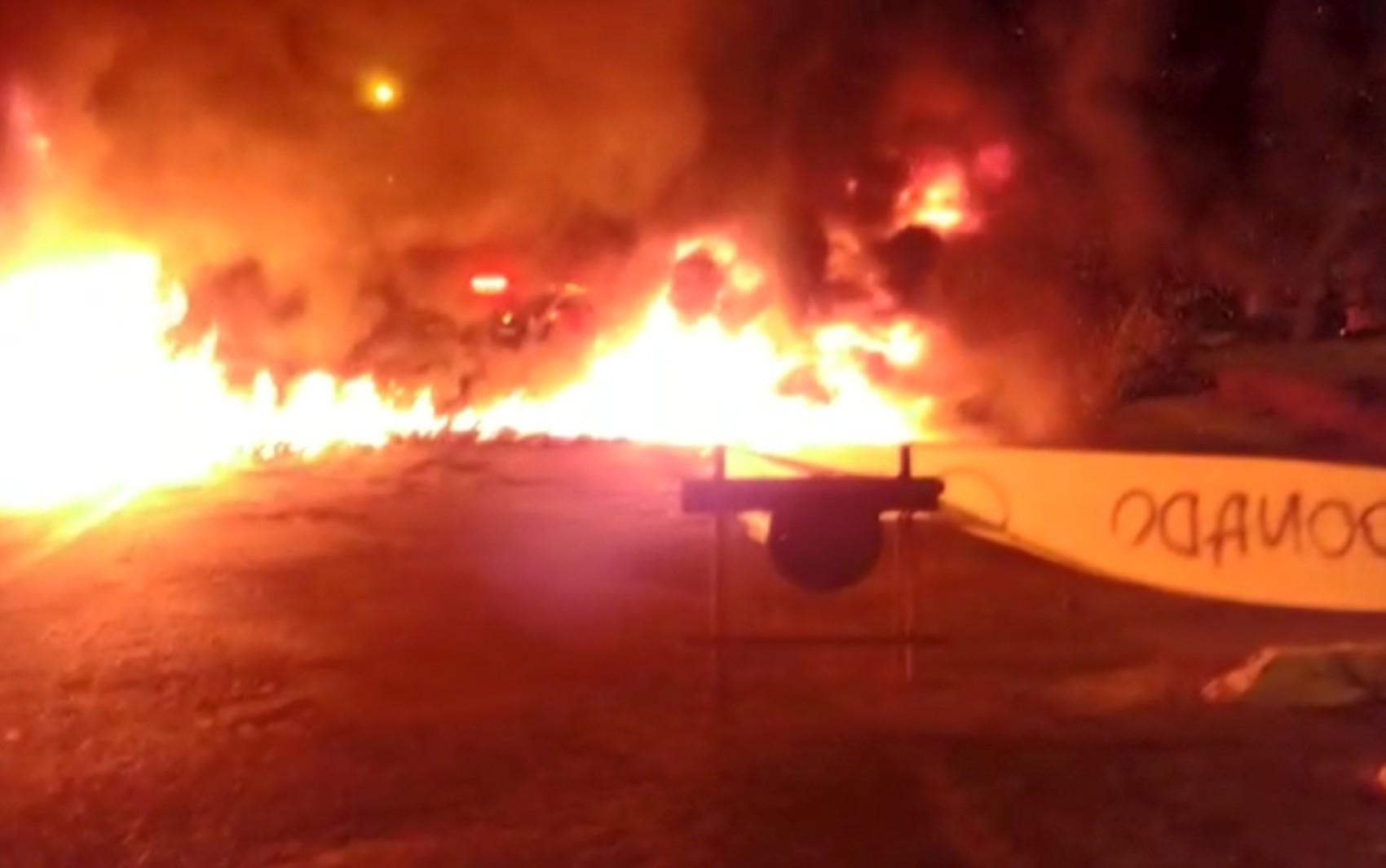 Moradores ateiam fogo em pneus durante protesto por obra de pavimentação em bairro de Campinas - Notícias - Plantão Diário