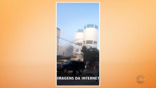 Tampão de reservatório se desprende e água se espalha por bairro de Uruguaiana