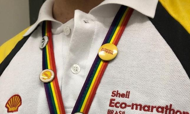 Funcionários da Shell usam cordões como este para prender o crachá