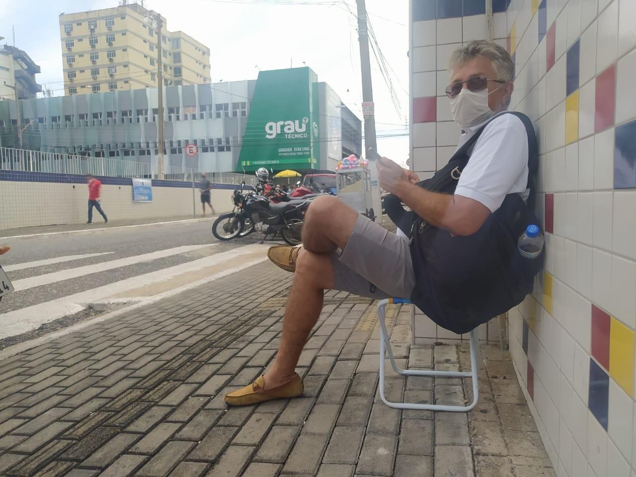 Pai leva banquinho para esperar filho terminar 2° dia de prova do Enem em Teresina