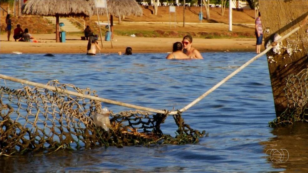 Telas de proteção estão sem manutenção (Foto: Reprodução/TV Anhanguera)