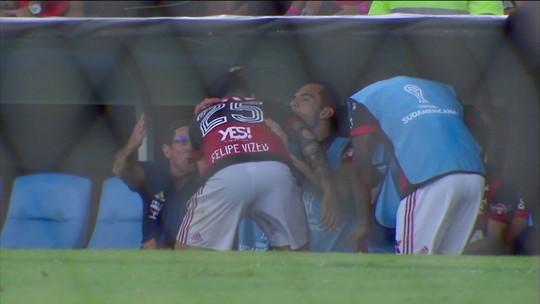 Após gol da vitória, Vizeu corre para o banco e abraça Rhodolfo. Veja
