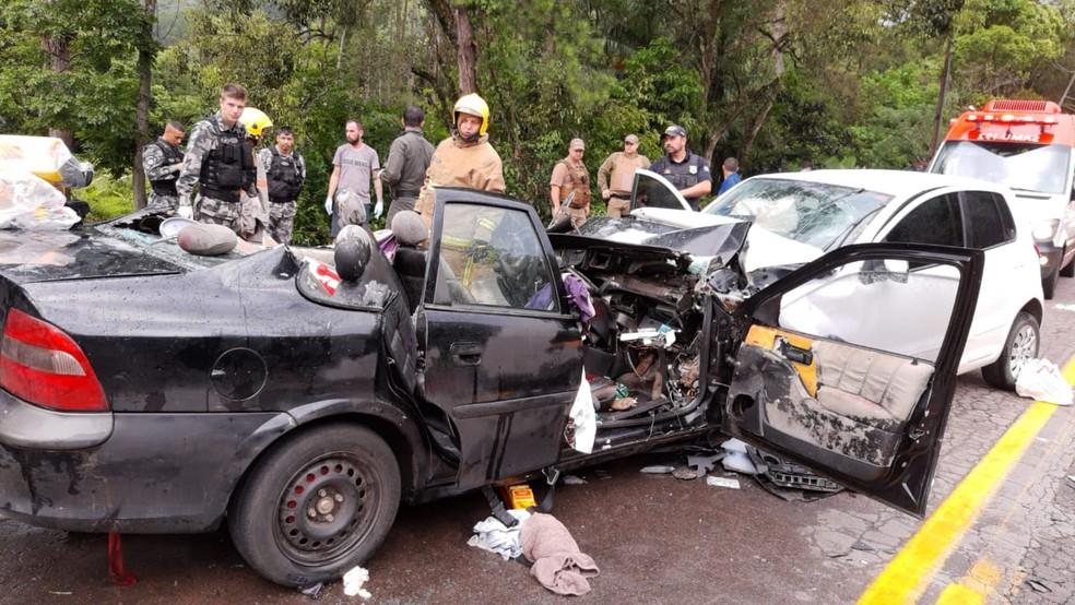 No Vectra estavam três irmãos de 4, 6 e 9 anos e três adultos; duas das crianças morreram  — Foto: Bombeiros voluntários de Ibirama/Divulgação