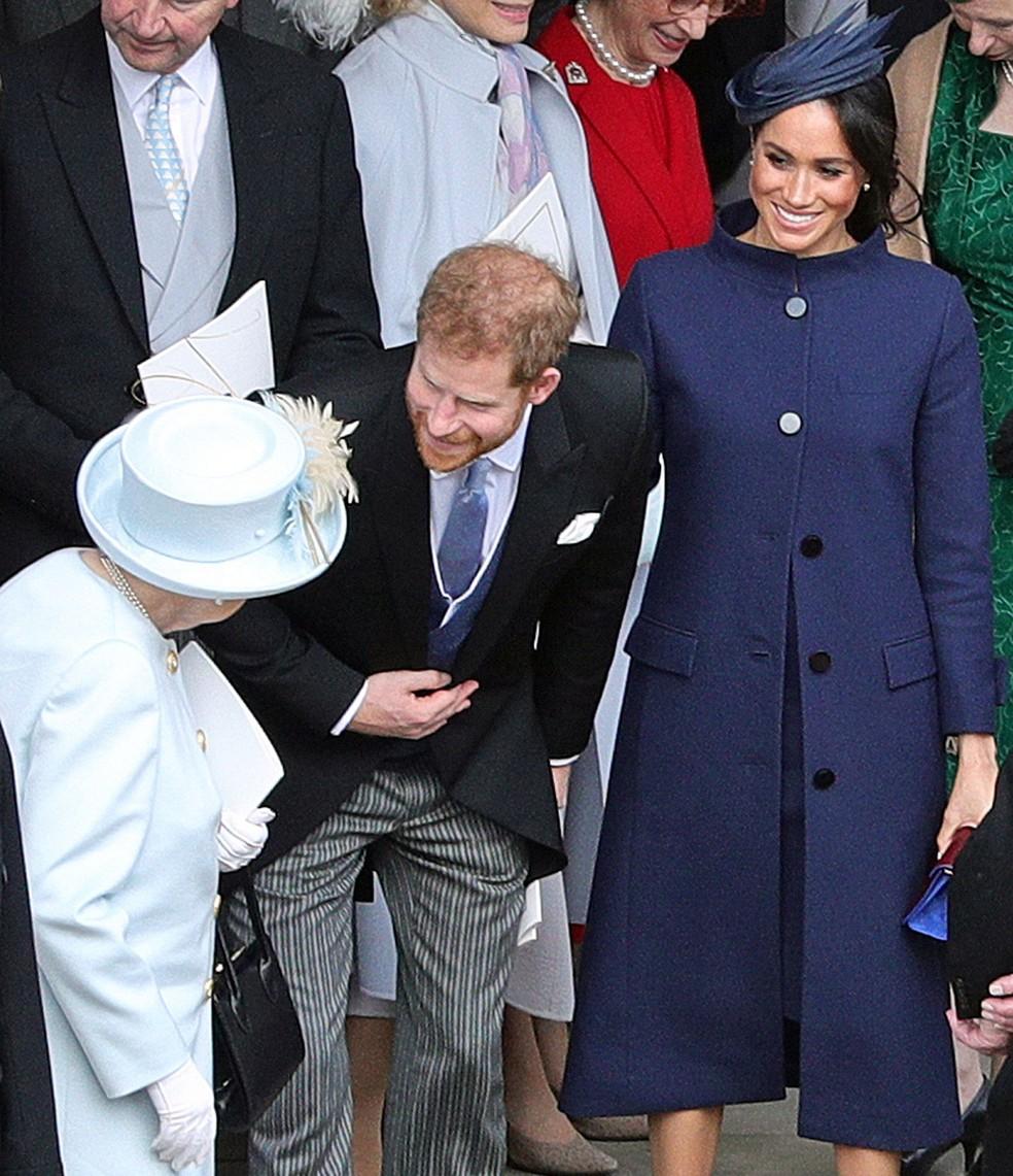 Príncipe Harry, Meghan Markle e rainha Elizabeth conversam depois do casamento da Princesa Eugenie, na sexta-feira (12). Anúncio da gravidez de Meghan foi feito nesta segunda (15)  — Foto: Aaron Chown / AFP