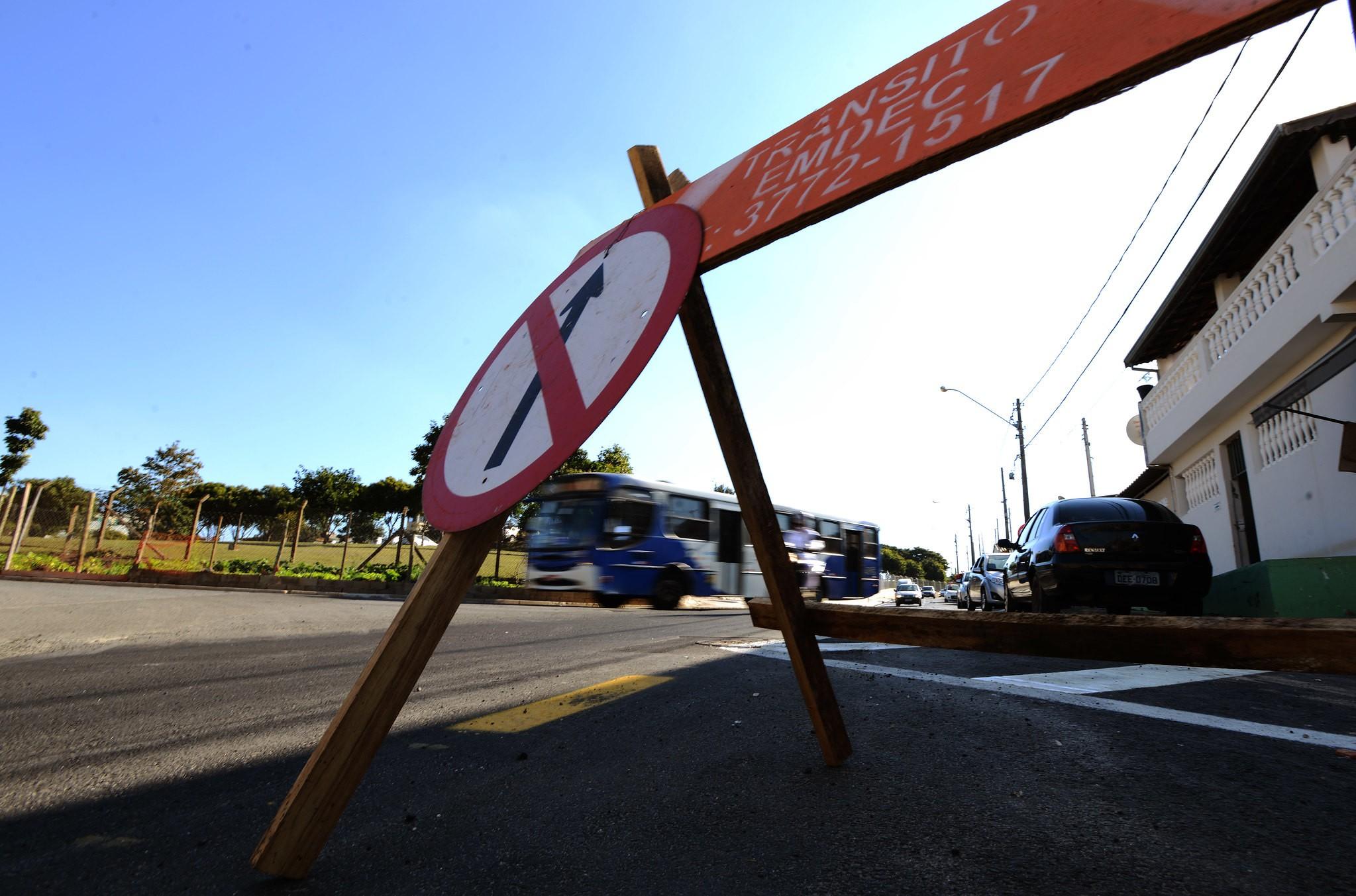Rua do Parque Itajaí tem bloqueio para obras de manutenção na rede de esgoto em Campinas
