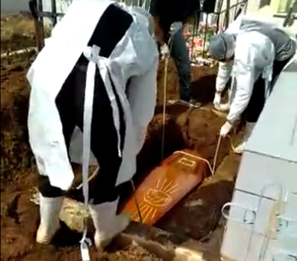 Sem coveiro, família tem que enterrar parente que morreu de Covid-19, em Riacho dos Cavalos, na PB — Foto: TV Paraíba/Reprodução