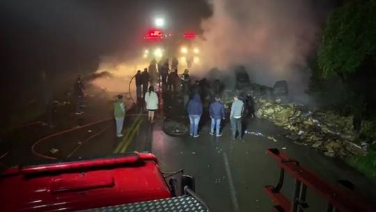 Incêndio em caminhão carregado com papelão interdita rodovia em Joinville