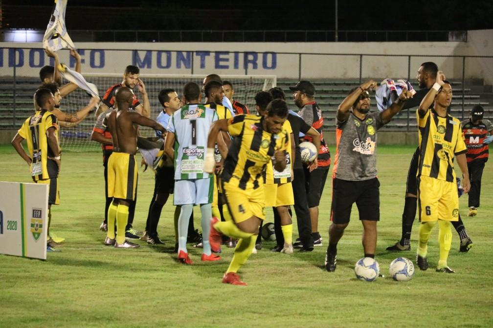 Jogadores de Timon-PI e Flamengo-PI abanam Djalma Alves — Foto: Felipe Soares/GloboEsporte.com