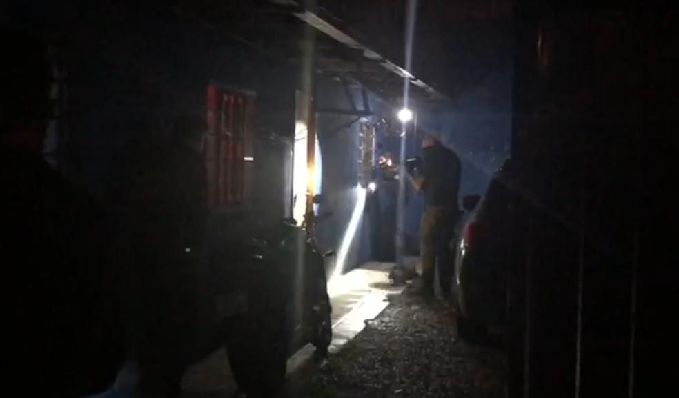 Policiais cumprem mandado de busca e apreensão em São José dos Pinhais — Foto: Divulgação/PF