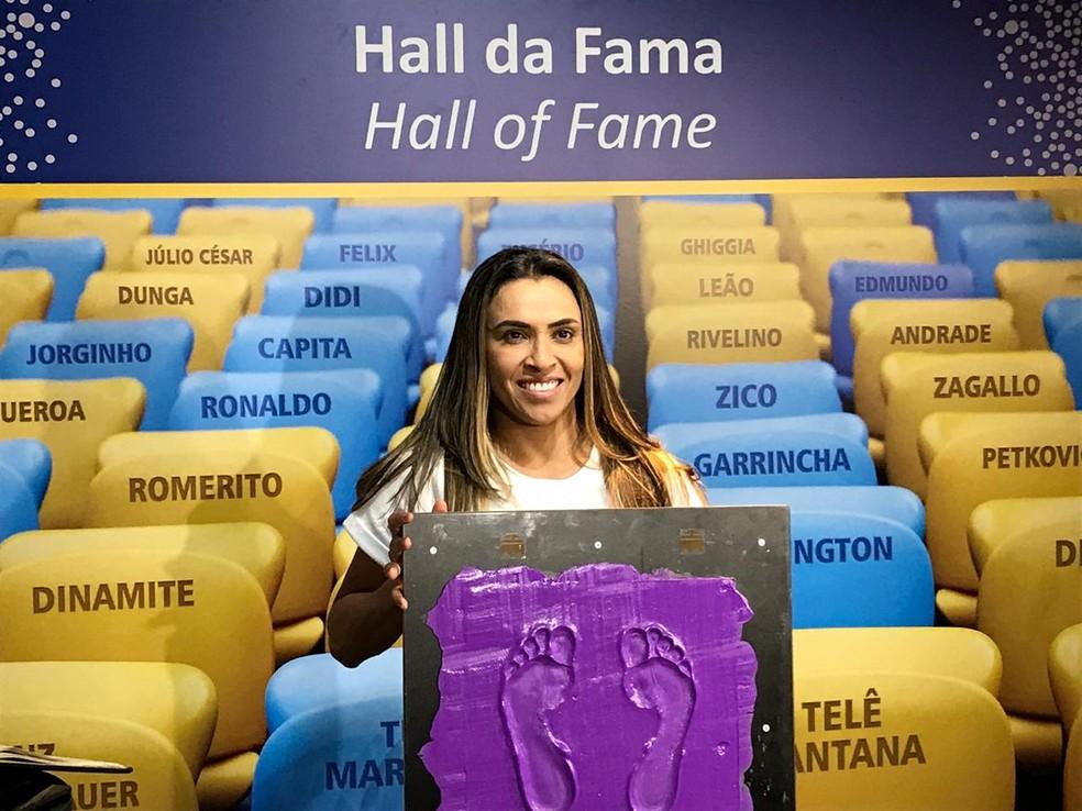 Marta segura a placa com a marca de seus pés em 2018 — Foto: Paula Carvalho