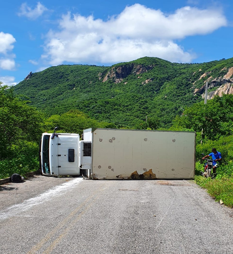 Caminhão frigorífico tomba na RN-117, na Serra de Martins — Foto: Cedida